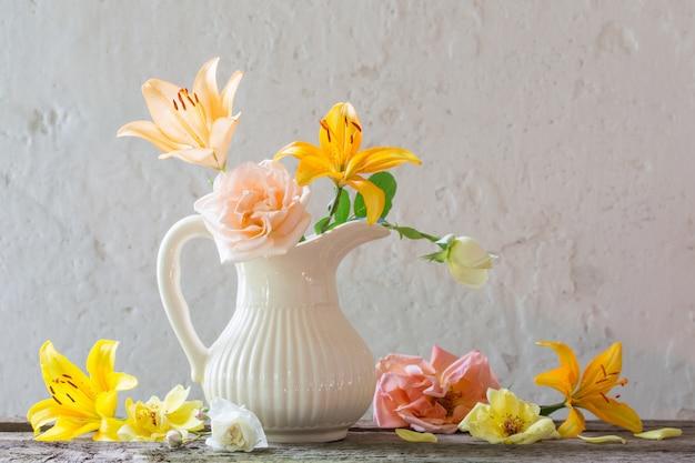 Flores em um vaso na parede branca velha
