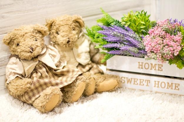 Flores em uma caixa de madeira e ursos bonitos. flores em uma caixa branca, ursos de pelúcia vintage. romano