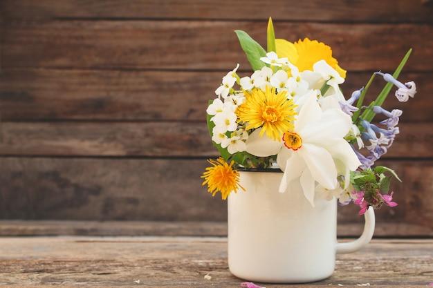Flores em uma caneca de ferro