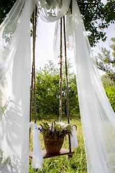 Flores em uma gaiola. a arte da floricultura. o cenário para a sessão de fotos