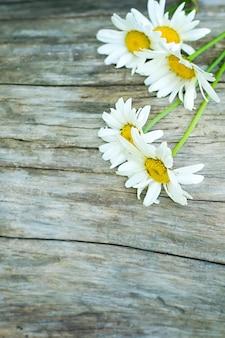 Flores em uma mesa de madeira