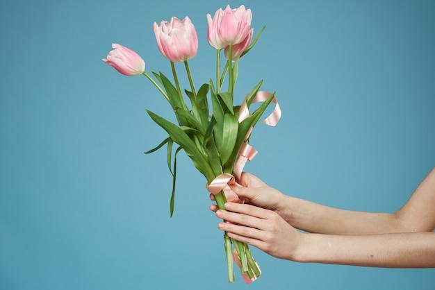 Flores em uma mulher com um presente de férias e um estilo de vida romântico