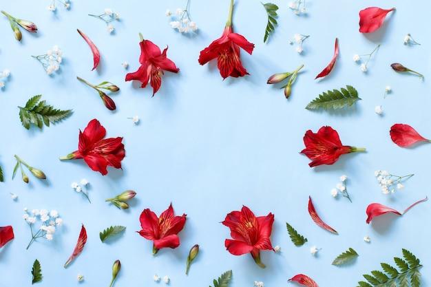 Flores em uma vista superior de fundo azul claro