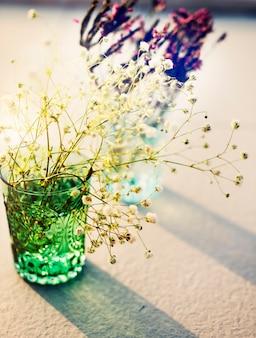 Flores em vasos de vidro
