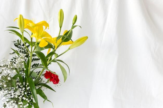 Flores frescas coloridas na frente da cortina branca