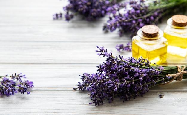 Flores frescas de lavanda e óleos essenciais em garrafas