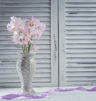 Flores frescas em cima da mesa