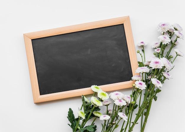 Flores frescas em hastes com lousa