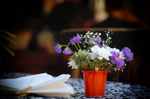 Flores frescas em um balde em um restaurante na rua