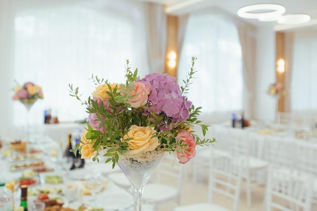 Flores frescas em um buquê em uma decoração festiva de mesa de casamento