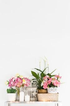 Flores frescas na mesa contra a parede