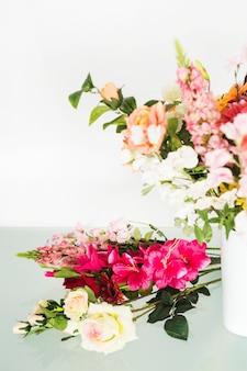 Flores frescas na mesa de vidro na loja floral