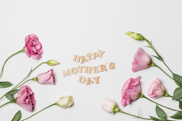 Flores frescas perto do título do dia das mães feliz