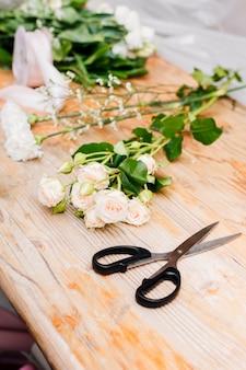 Flores laterais na mesa