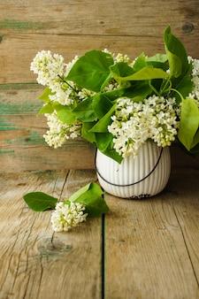 Flores lilás brancas