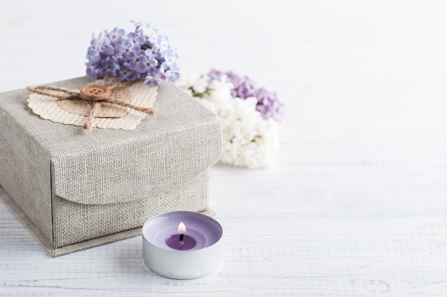 Flores lilás com caixa de presente
