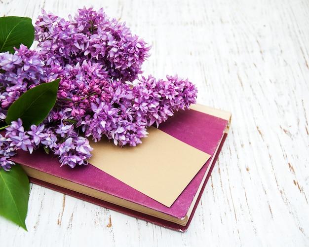 Flores lilás e livro antigo