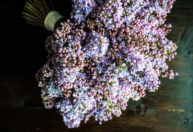 Flores lilás em um monte
