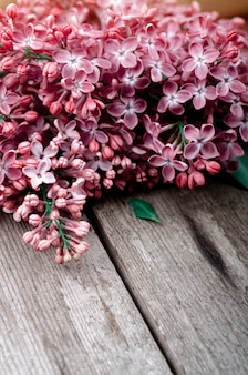 Flores lilás roxas do close up em uma superfície de madeira velha. fundo de férias de primavera.