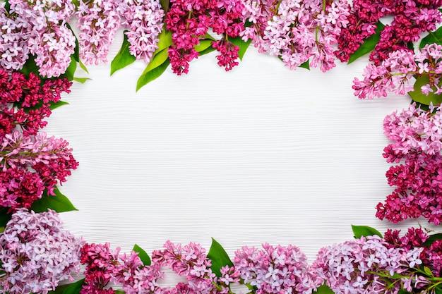 Flores lilás sobre fundo branco de madeira