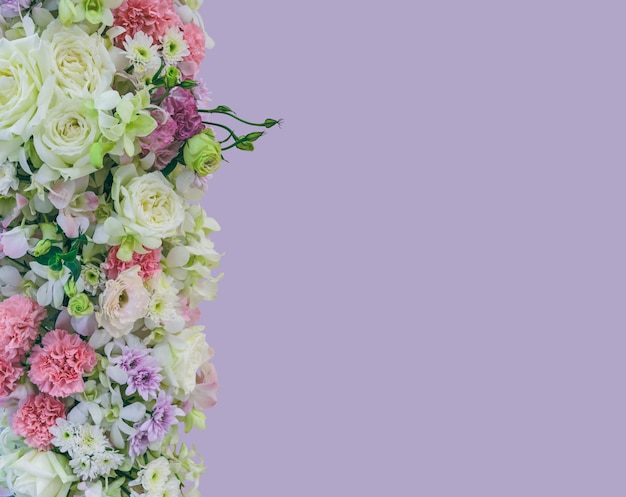 Flores lindo buquê com diferentes tipos de flores coloridas em violeta
