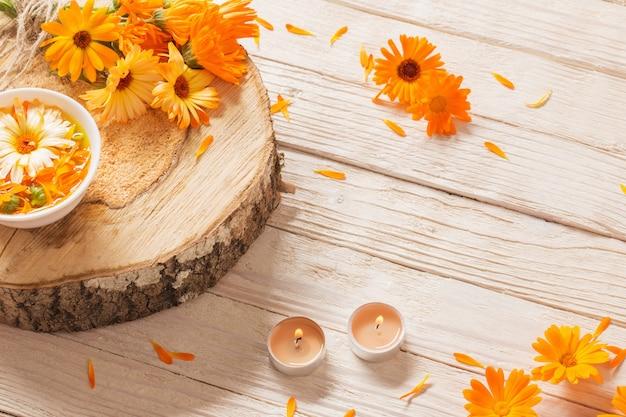 Flores medicinais de calêndula em madeira branca