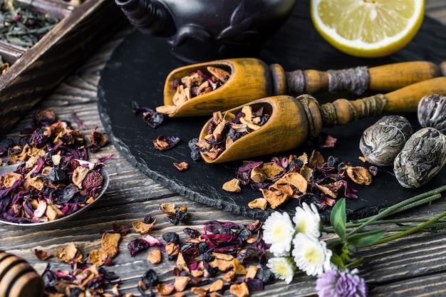Flores, meio limão e especiarias para a preparação de chá