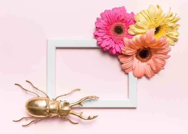 Flores, moldura e um besouro
