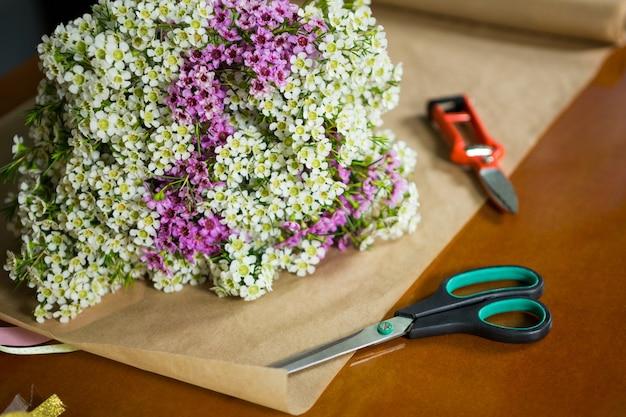 Flores na bancada de madeira de uma floricultura