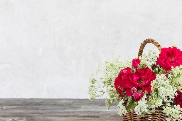 Flores na cesta na idade