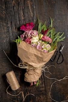 Flores na mesa de madeira