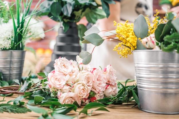 Flores na mesa de trabalho em loja