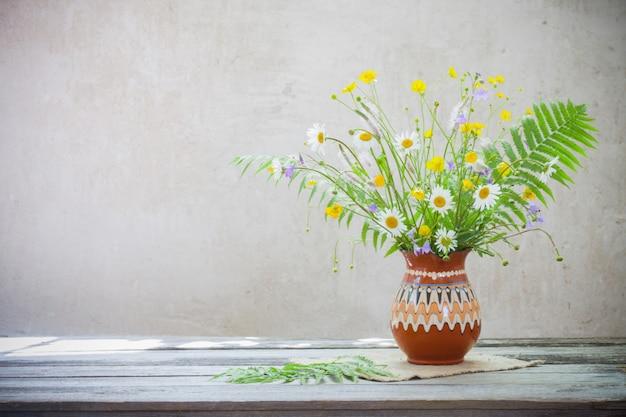 Flores na mesa do grunge