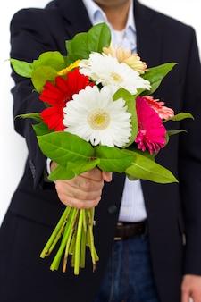 Flores nas mãos do homem
