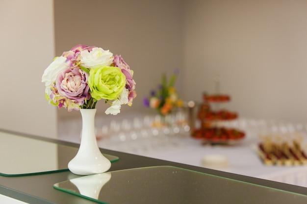 Flores no vaso sobre a mesa, decoração para o evento
