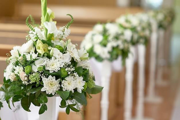 Flores nupciais na igreja