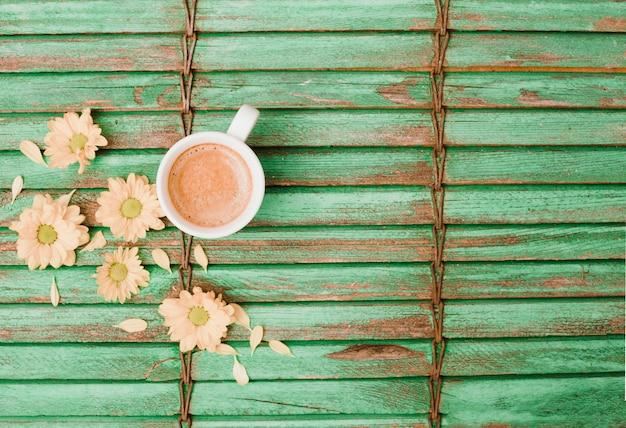 Flores, perto, a, xícara café, ligado, madeira, fundo