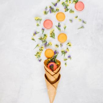 Flores perto de biscoitos e cones de waffle