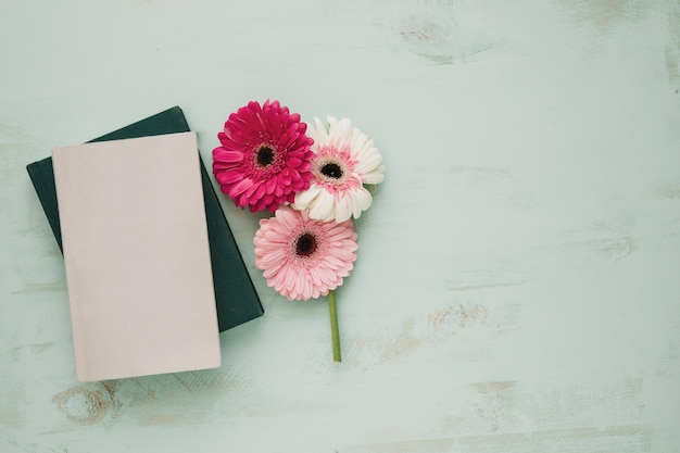 Flores perto de cadernos