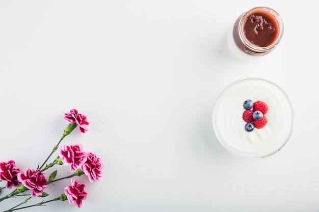 Flores perto de molho e iogurte