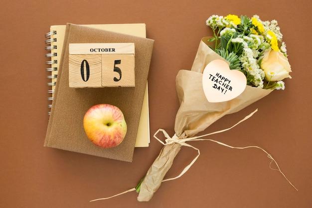 Flores planas e arranjo de caderno