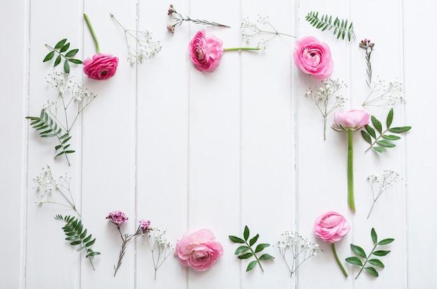 Flores rosa decorativos em superfície de madeira