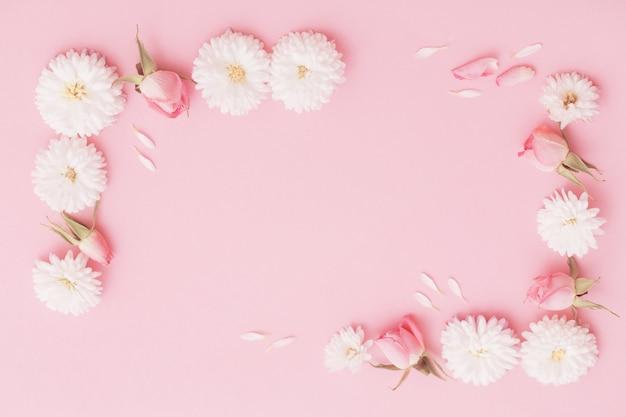 Flores rosa e brancas em fundo de papel rosa