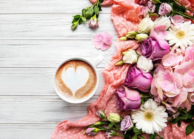 Flores rosa e xícara de café