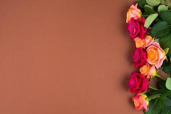 Flores rosa emoldurando um lado