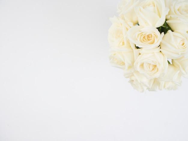 Flores rosas brancas