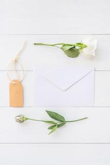 Flores rosas com envelope na mesa