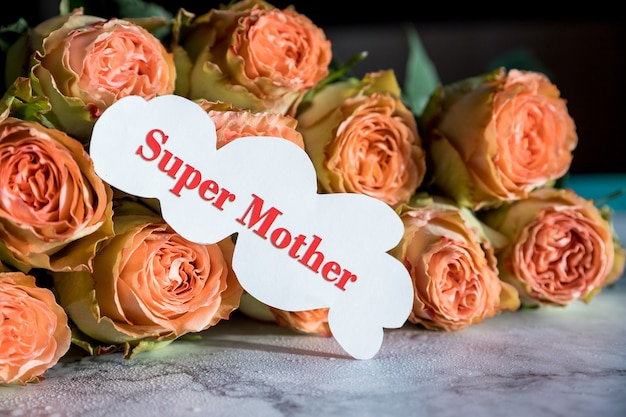 Flores rosas de primavera com inscrição para o dia das mães