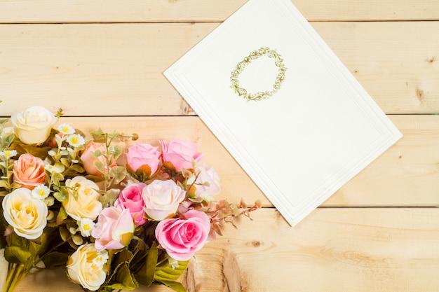Flores rosas e tag vazia para o seu texto em fundo de madeira