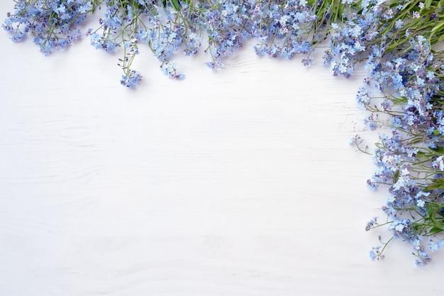 Flores roxas em fundo branco de madeira
